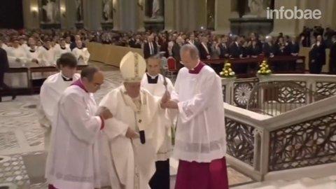 El Papa Francisco tuvo dos caídas consecutivas ante la mirada del mundo.